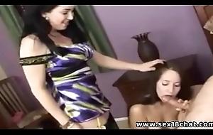 Madre e figlia puttana fanno pompino