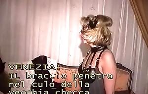 Venezia: il braccio penetra tutto nel culo della vecchia checca