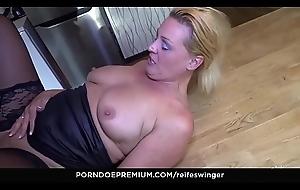 REIFE SWINGER - Moistness hard gender with mature German dabbler fastener